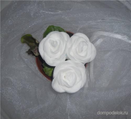 Роза из ватных дисков.