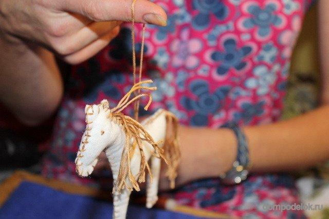 Поделка лошадь к новому году из ватных дисков своими руками