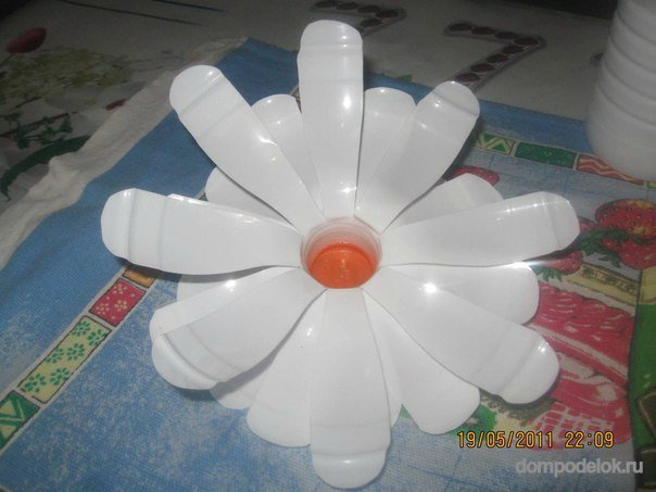 Сделать ромашку из пластиковых бутылок своими руками