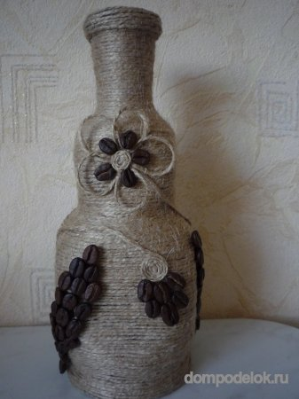 Ваза, декорированная шпагатом и кофейными зернами